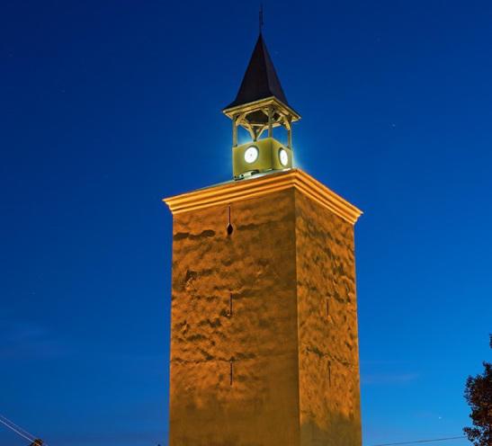 Ο πύργος του Ρολογιού, που δεσπόζει επί της οδού Στράντζης
